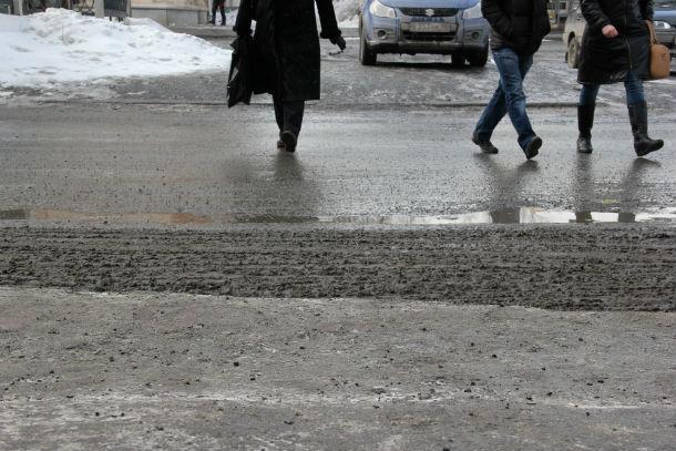 """Первоуральцы продолжают нарушать ПДД, потому что что ходят """"привычной тропой"""" Фото Дмитрия Паксеева"""