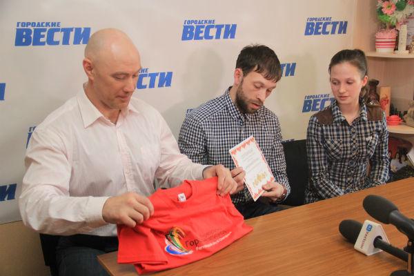 Представители фонда вручили первый сертификат легкоатлетке Наталии Севрюгиной на перелет до места сборов в Киргизии Фото Анны Неволиной