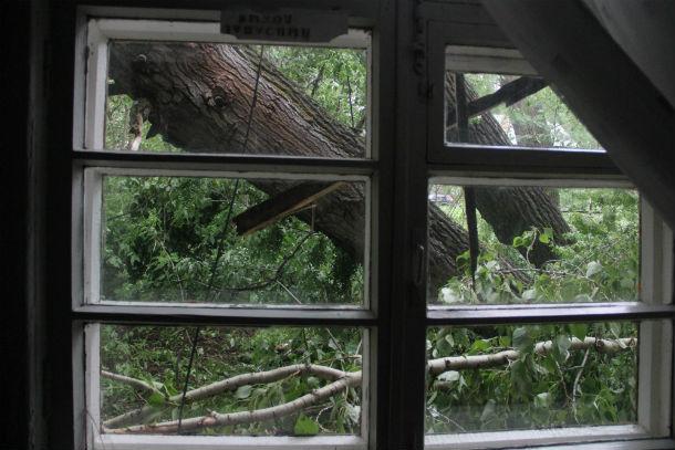 Фото с летнего урагана в 2015 году, когда непогода в Первоуральске чуть не оставила  людей без крыши над головой  Фото из архива редакции