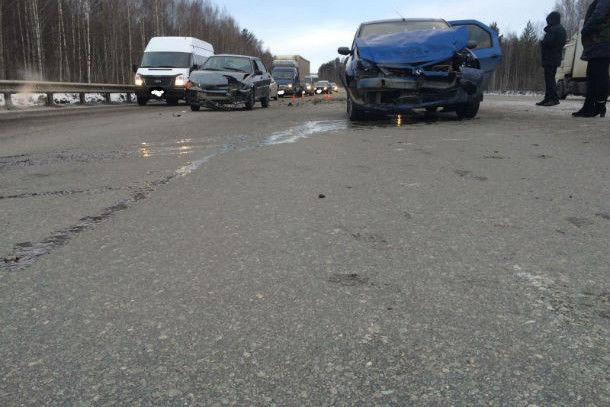Под Первоуральском столкнулись сразу несколько машин  Фото с сайта 66. mvd.ru