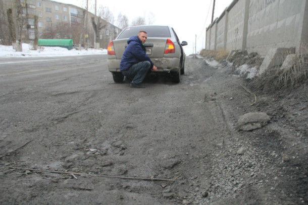 Кусок арматуры на улице Ленина повредил машину Алексея МальцеваФото Анны Неволиной