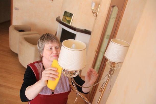 Людмила Дмитриевна с легкостью поддерживает чистоту в номерах гостиницы Фото Анны Неволиной