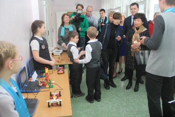 Ученики школы приготовили для гостей выставку робототехники Фото Анны Неволиной
