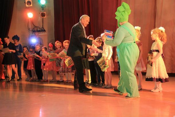 Помощник Зелимхана Муцоева Юрий Попов поздравил детей и вручил им подарки  Фото Анны Неволиной
