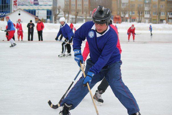 В Первоуральске прошел товарищеский матч по хоккею с мячом между профессионалами и их болельщиками. Фото