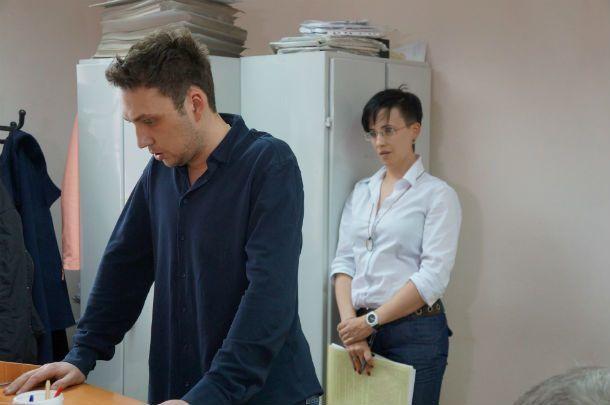 Юлия Королева уточняет у свидетеля со стороны бывшего мужа — считает ли он нормой заявляться в дом, где спит ребенок, после полуночи Фото Светланы Колесниковой