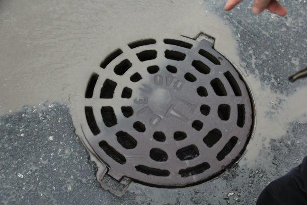Отсутствие рабочей ливневой канализации и несистемный подход к ремонтам — вот основные препятствия для того, чтобы дороги в Первоуральске перестали быть его антирейтингом Фото Анны Неволиной