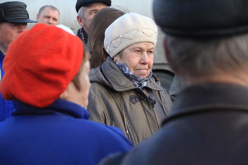 Большинство жителей - пенсионеры, и они не знают, откуда им брать деньги на новый палисадник.  Фото Анны Неволиной