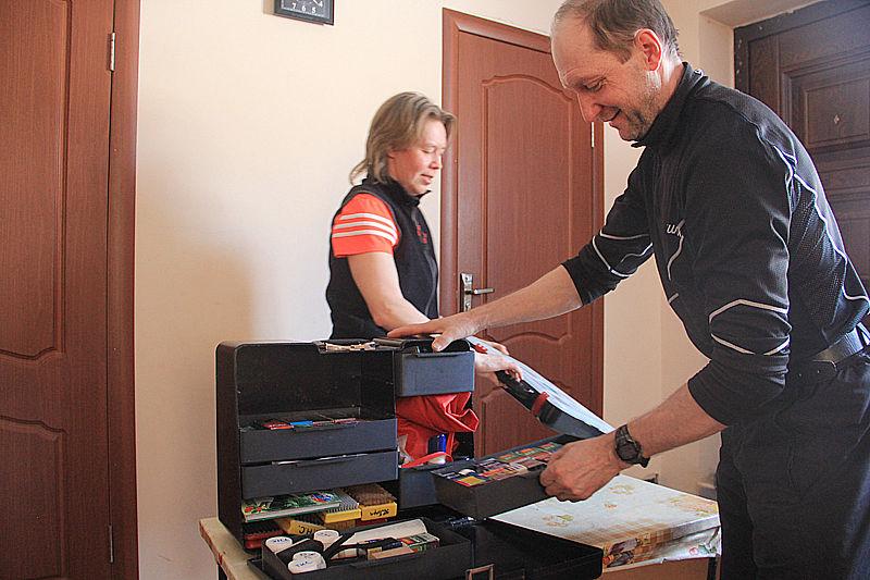 Николай Семенович показывает корреспондентам инструменты, смазки для лыж — все без чего достойное выступление спортсмена невозможно Тарбеевы приобретают сами. Фото Анны Неволиной