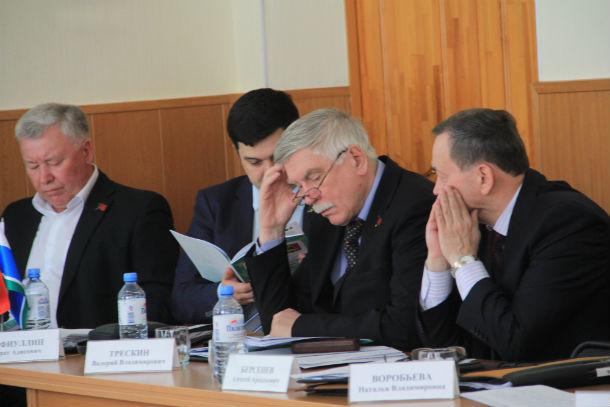 Пока Николай Козлов делал доклад, депутаты увлеченно просматривали буклет о достижениях обоих глав Первоуральска Фото Анны Неволиной