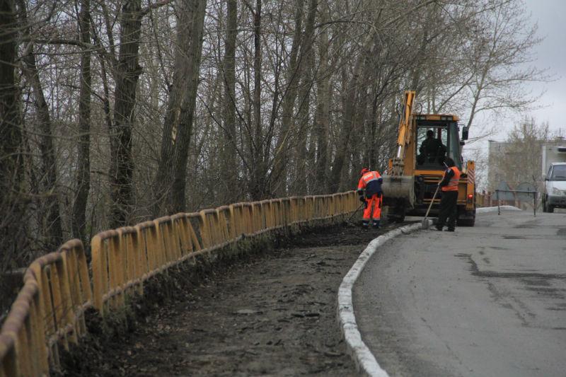 Сейчас бригада приступила к ремонту тротуара на путепроводе в районе станции Подволошная. Фото Анны Неволиной