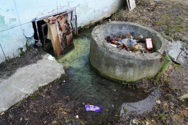 Вода в подвале дома №3 стоит всегда, ее иногда откачивают, но она прибывает снова  Фото ольги Хмелевой