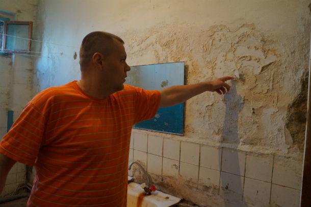 Дмитрий Гудз говорит, что стены общежития похожи на сахарные - так же крошатся  Фото Ольги Хмелевой