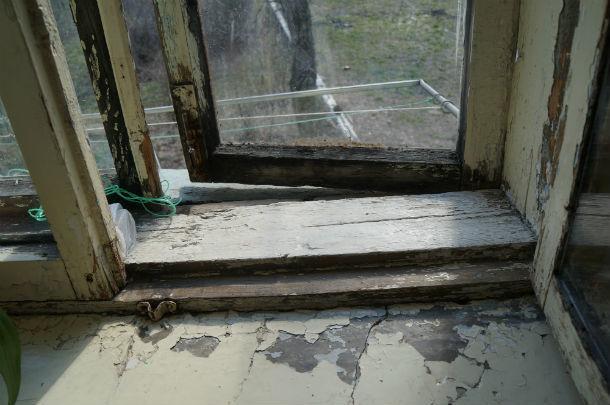 Окна мыть опасно - можно вместе с рамой выпасть наружу Фото Ольги Хмелевой