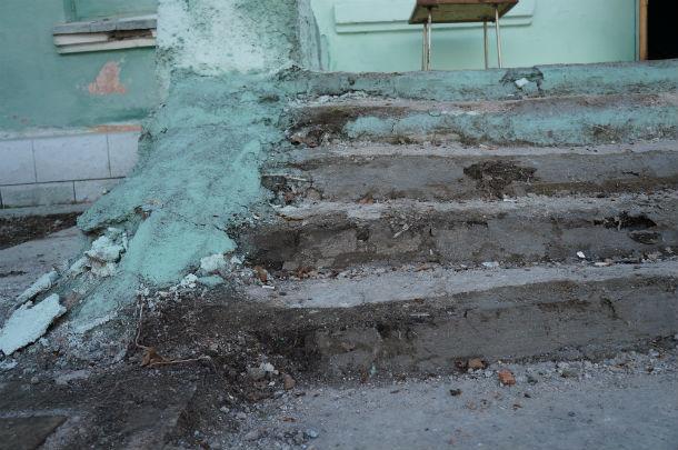 Ступени возле дома давно раскрошились  Фото Ольги Хмелевой