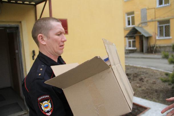 Сотрудники полиции помогали разгружать книги  Фото Анны Неволиной