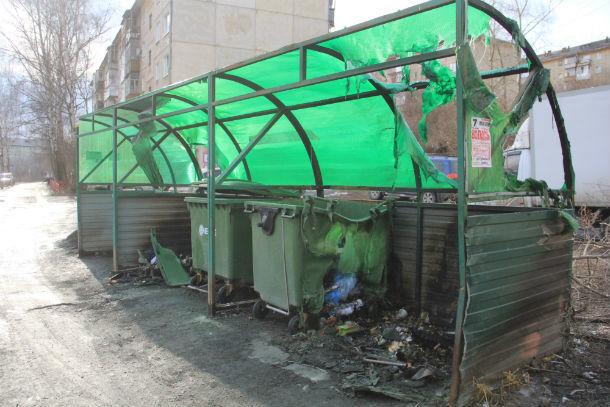 Контейнерная площадка возле дома №53 по улице Ватутина пострадала достаточно сильно  Фото Анны Неволиной