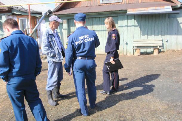 Пожарные и инспекторы отдела ПДН работают совместно уже не первый раз Фото Марии Поповой