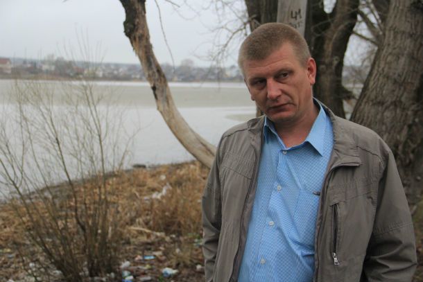 Артем Попов недоволен состоянием берега Нижнего пруда Фото Анны Неволиной