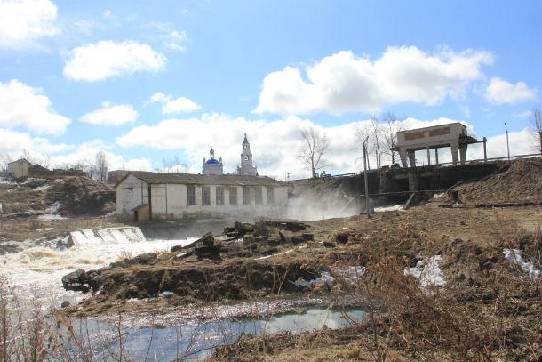 Первой паводков не выдержала новоуткинская плотина Фото Анны Неволиной