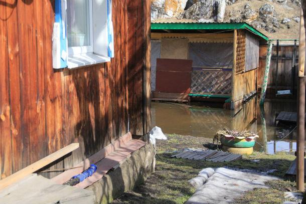 Двор дома Николаевых затопило впервые. Фото Анны Неволиной