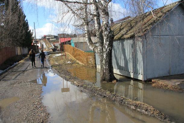 Вода подошла совсем близко к домам. Фото Анны Неволиной