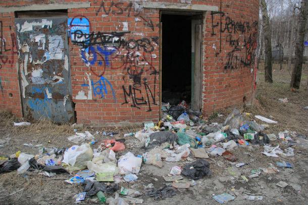 Местные жители не утруждают себя походом до контейнеров - бросают мусор прямо возле здания Фото Анны Неволиной