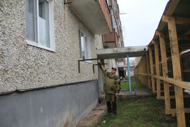 Александр Беляев утверждает, что забор загораживает свет и установлен не по нормам Фото Анны Неволиной