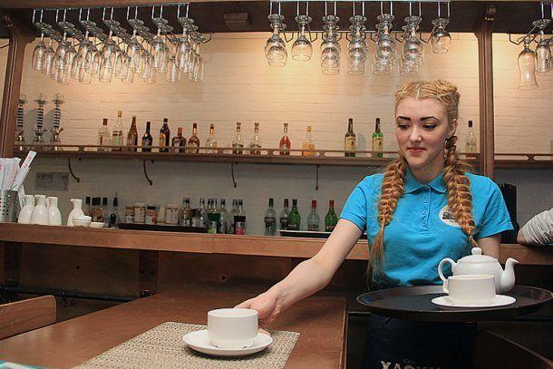 Официантка Вероника Новоселова  Фото Анны Неволиной