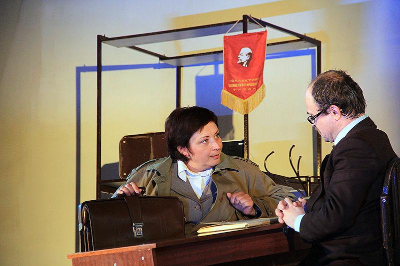 В Первоуральске состоялась премьера спектакля «Служебный роман». Фото