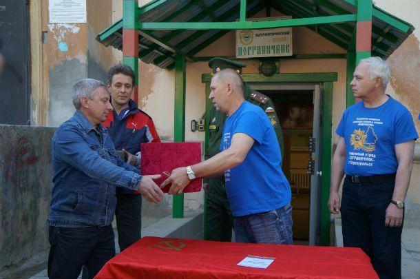 Александр Демидов передает родственникам останки бойца Истомина  Фото Анны Неволиной