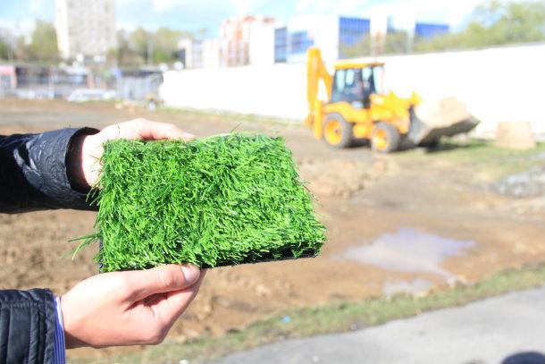 Такое покрытие будет на малом поле стадиона  Фото Анны Неволиной