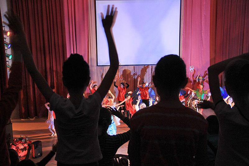 В Первоуральске прошла театрально-игровая программа «Алиса в стране чудес», посвященная Дню защиты детей.