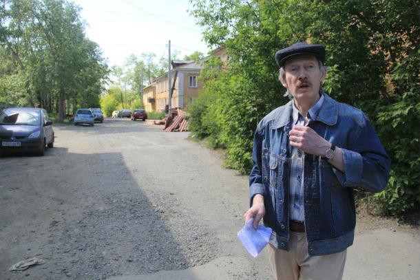 Первоуралец Алексей Кудрин считает, что местные власти просто забыли о существовании улицы Медиков  Фото Анны Неволиной