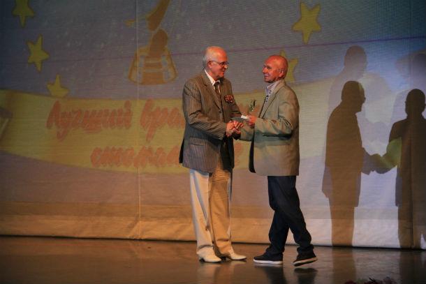 Александр Слабука вручает награду стоматологу Сергею Трошину. Фото Анны Неволиной