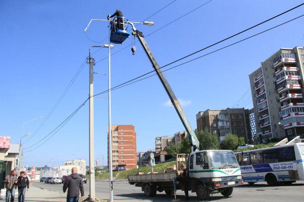 Работа по замене наружного освещения на улице Ленина кипит и сегодня  Фото Анны Неволиной