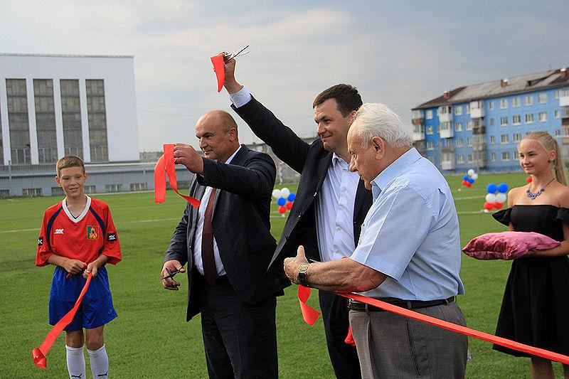 В Первоуральске открыли футбольное поле с новым покрытием. Фото