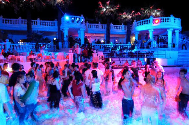 Эгейское побережье — это тусовочный отдых: многочисленные клубы и дискотеки ждут своих почитателей.