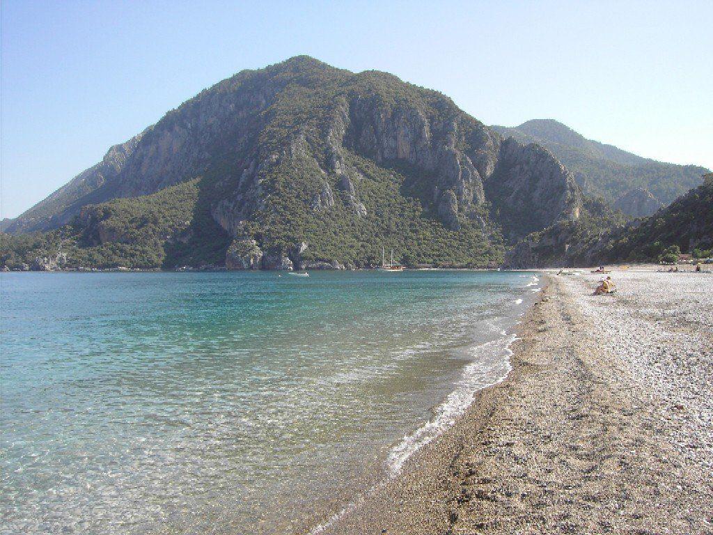 Любители галечных пляжей обретут настоящее отпускное счастье на пляжах Кемера. В Кемере есть место, где можно встать так, что с одной стороны будет море, с другой — горы.