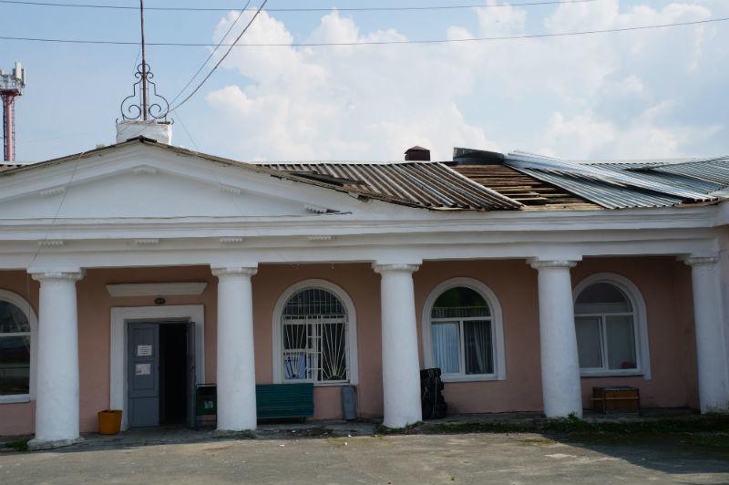Немного пострадали крыши павильонов и ротонды, которая расположена вблизи центрального входа, сорвало кровельное покрытие.