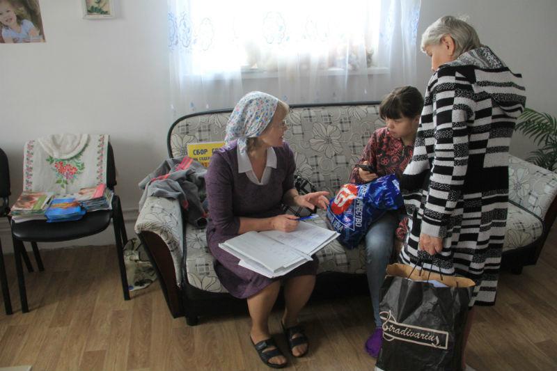 Женщины часто обращаются в приют, чтобы получить гуманитарную помощь: смеси, подгузники, косметические средства, одежду.