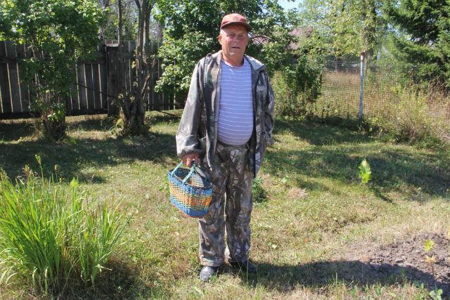 Лучше надевать закрытый костюм, чтобы не кормить комаров и клешей. По грибы с собой лучше брать корзинку, там грибы продуваются и не мнутся.