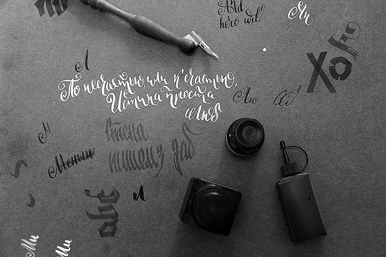 Александр Булгаков занимается каллиграфией во время эфера Фото Анны Неволиной