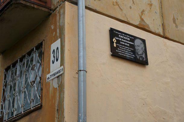 Честь открытия памятной доски Сергею Пагнуеву была предоставлена его собратьям по перу Ольге Маевской и Ольге Санатуловой.  Фото Екатерины Каладжиди