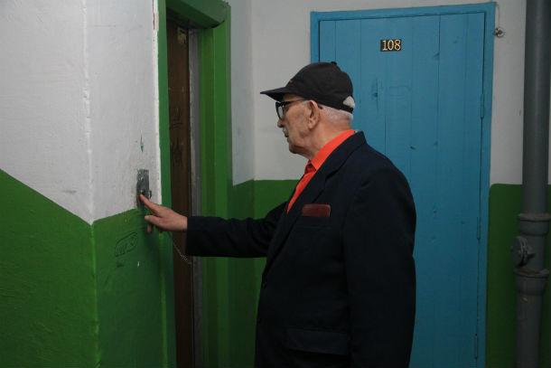 Юрий Евхутич считает, что замена лифтов - дело отличное  Фото Анны Неволиной