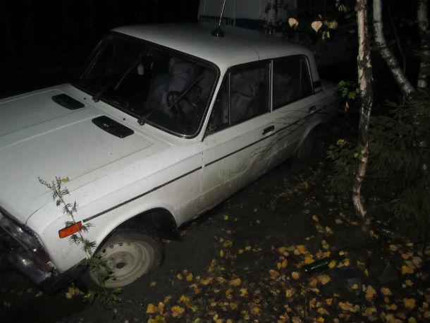 В первой машине, угнанной подростками, быстро кончился бензин, поэтому ее бросили в лесу  Фото предоставлено пресс-службой ОМВД
