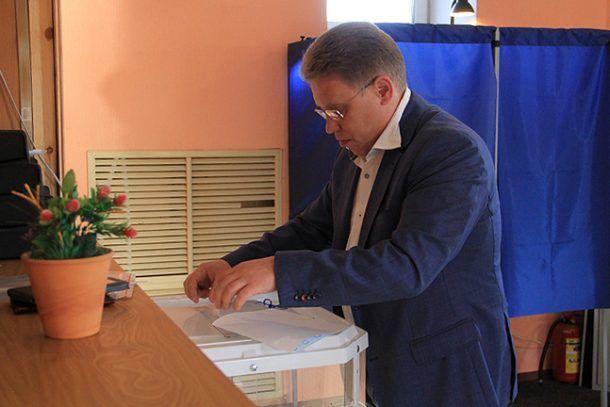 Юрий Переверзев проголосовал одним из первых  Фото Анны Неволиной