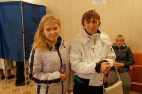Ульяна Махнутина голосует впервые. За это ей дали шоколадку. Фото Елены Шариповой