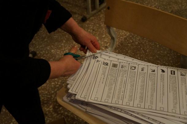 У неиспользованных бюллетеней отрезается правый нижний угол. Они складываются в четыре коробки. После подсчета голосов их увезут к ТИК. Фото Елены Шариповой