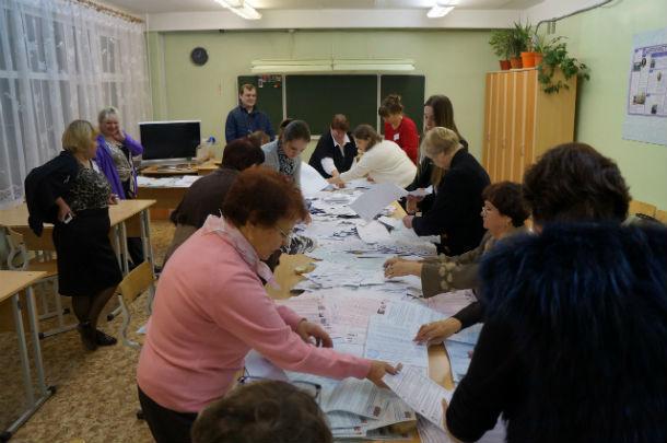 Сейчас выбирают недействительные бюллетени. Фото Елены Шариповой